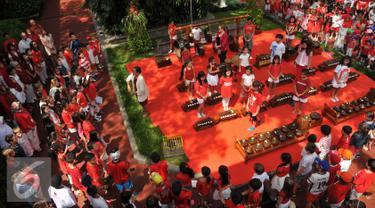 Ratusan siswa menyanyikan lagu Kemerdekaan Indonesia di pelataran Jakarta Intercultural School (JIS) Pattimura, Jakarta, Rabu (24/8). Peringatan HUT RI dimeriahkan oleh siswa JIS dengan mengadakan sejumlah perlombaan. (Liputan6.com/Gempur M Surya)