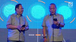 Director in charge Astra Financial Suparno Djasmin dan Chief Finance Officer/Deputy Chief Executive Officer ACC Hendry Christian Wong berbincang pada peluncuran aplikasi mobile ACC.ONE di Jakarta, Jumat,(8/2). (Liputan6.com/HO/Eko)