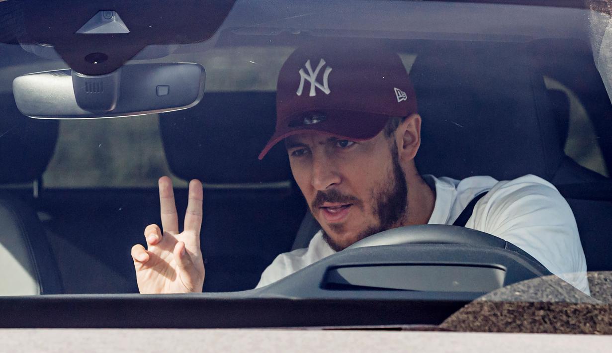 Pemain Real Madrid, Eden Hazard, tiba untuk menjalani tes virus corona COVID-19 di fasilitas pelatihan Valdebas, Madrid, Rabu (6/5/2020). Skuat Real Madrid jalani tes virus corona jelang latihan dan rencana kembali bergulirnya kompetisi La Liga. (AFP/Baldesca Samper)