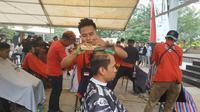 Teknik mencukur klasik menjadi tema lomba cukur rambut yang diikuti peserta dari Jawa dan Sumatera. (Liputan6.com/Pramita Tristiawati)