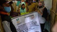 Serah terima bantuan sosial dari Kementrian Sosial untuk mbah Saliyem. (foto: Liputan6.com/kusfitriyah marstyasih)