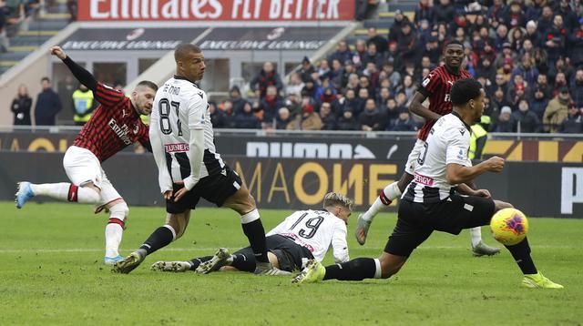 Penyerang AC Milan, Ante Rebic (kiri), berhasil mencetak dua gol sekaligus membantu timnya menang 3-2 atas Udinese pada laga pekan ke-20 Serie A, di San Siro, Minggu (19/1/2020). (AP Photo/Luca Bruno)
