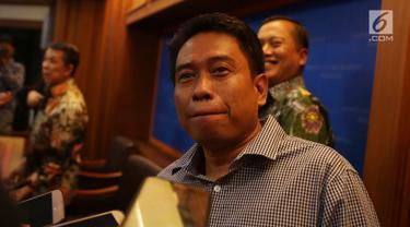 Perwakilan keluarga WNI korban penculikan, Rudi Subandi memberi keterangan di Gedung Kemenlu, Jakarta, Rabu (19/9). Dua nelayan Indonesia diyakini diculik imigran gelap Filipina selatan yang tinggal di Sabah, Malaysia. (Merdeka.com/Imam Buhori)