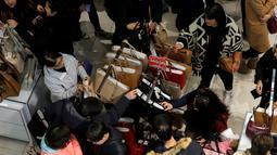 Pembeli berburu tas yang dibanderol harga cukup murah selama perayaan Black Friday di Macy Herald Square, Manhattan, New York, Kamis (24/11). Black Friday menjadi penanda dimulainya musim berbelanja bagi warga AS menjelang Natal. (REUTERS/Andrew Kelly)
