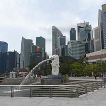 Para wisatawan mengunjungi Taman Merlion di Singapura pada 6 Maret 2020. Tempat-tempat wisata utama di Singapura sepi dari turis di tengah epidemi virus corona COVID-19. (Xinhua/Then Chih Wey)