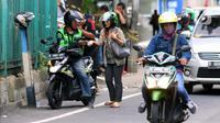 Penumpang membayar ongkos kepada pengemudi ojek online di Jakarta, Selasa (10/3/2020). Kementerian Perhubungan (Kemenhub) melalui Direktorat Jenderal Perhubungan Darat resmi menaikkan tarif batas atas dan tarif batas bawah ojek online. (Liputan6.com/Angga Yuniar)