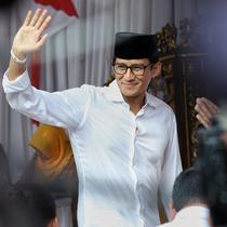 Calon Wakil Presiden nomor urut 02 Sandiaga Uno melambaikan tangan setibanya di TPS 002 Selong, Kebayoran Baru, Jakarta Selatan, untuk menggunakan hak politiknya dalam Pemilu 2019, Rabu (17/4). Pemilu 2019 terdiri dari Pilpres dan Pileg yang diselenggarakan secara serentak (Liputan6.com/Johan Tallo)