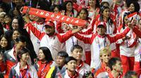 Kontingen Indonesia dalam penutupan SEA Games 2019 di Stadion New Clark City, Filipina, Rabu (11/12/2019). Acara penutupan tersebut dimeriahkan dengan pesta kembang api dan penampilan Black Eyed Peas. (Bola.Com/M Iqbal Ichsan)