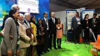 Wali Kota Tri Rismaharini menerima anugerah Urban Professional Award 2016 dari IHS Belanda. (Liputan6.com/Dian Kurniawan)