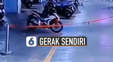 Sebuah motor yang terparkir tiba-tiba menyala dan bergerak sendiri.