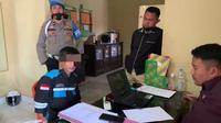 Pelaku penikaman pengawas di areal PT VDNI Konawe saat diamankan di Polres Konawe, Jumat (21/5/2021).(Liputan6.com/Ahmad Akbar Fua)