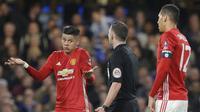Reaksi bek Manchester United Marcos Rojo (kiri) pada wasit Michael Oliver di duel Piala FA melawan Chelsea, Kamis (14/3/2017) dinihari WIB. (AP Photo/Alastair Grant)