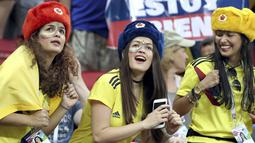 Fans Kolombia menari saat menonton timnya melawan Polandia pada grup H Piala Dunia 2018 di Kazan Arena, Kazan, Rusia, (24/6/2018). Kolombia menang 3-0 atas Polandia. (AP/Thanassis Stavrakis)