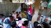 Gadis Palestina, Fajr Hmaid (tengah) mengajar anak-anak dari lingkungannya dalam kelas darurat di Kota Gaza, Kamis (4/6/2020). Gadis berusia 13 tahun tersebut membantu mereka untuk mengejar pelajaran setelah sekolah ditutup oleh pemerintah setempat akibat pandemi Covid-19. (Mohammed ABED / AFP)