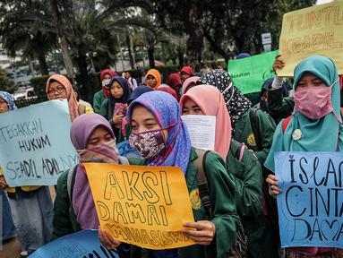 Puluhan mahasiswa yang tergabung dalam Pusat Komunikasi Daerah Forum Silaturahim Lembaga Dakwah Kampus (FSLDK) se-Jakarta, Depok, Bekasi melakukan unjuk rasa di depan gedung Balai Kota, Jakarta, Selasa (18/10). (Liputan/Faizal Fanani)