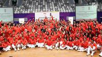 Menko PMK, Puan Maharani (tengah jaket hitam) berfoto bersama sejumlah atlet, pelatih dan official usai upacara pengukuhan di Istora Senayan, Jakarta, Minggu (5/8). 938 atlet Indonesia akan berlaga di 40 cabor. (Liputan6.com/Helmi Fithriansyah)