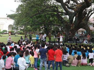 Presiden Joko Widodo bersama Ibu Negara Iriana dan Anak-anak menikmati musik di Halaman Istana Negara, Jakarta, Jumat (20/7). Jokowi dan Ibu Negara iriana mengajak anak-anak tersebut bermain, berdendang, dan berimajinasi. (Liputan6.com/Angga Yuniar)