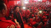 Ketua Umum PDIP Megawati Soekarnoputri dan Ketua DPP PDIP Puan Maharanisaat menghadiri kampanye rapat umum di Solo, Jawa Tengah, Minggu (31/3). Kampanye yang dihadiri ribuan kader PDIP Se-Jawa Tengah untuk membuktikan kader dan simpatisan bersatu. (Liputan6.com/HO/Iwan)