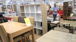 Pengunjung memperhatikan beragam furniture bergaya minimalis di gerai JYSK Indonesia di Bellevue Mall, Depok, Jawa Barat, Senin (19/11). JYSK menawarkan pengalaman berbelanja full service. (Merdeka.com/Arie Basuki)