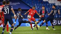 Bek Bayern Munchen, David Alaba berusaha melewati pemain PSG, Idrissa Gueye, Neymar dan Angel Di Maria pada pertandingan leg kedua perempat final Liga Champions di Parc des Princes stadium, Paris (14/4/2021). PSG melaju ke semifinal berkat kemenangan 3-2 di kandang Munchen. (AFP/Franck Fife)