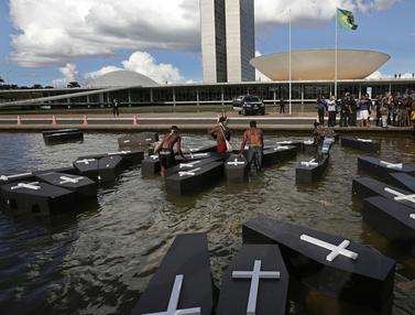 Membawa Peti Mati, Suku Asli Brasil Menggelar Protes di Brasilia