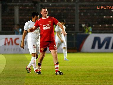 Lee Sharpe (5) mengepalkan tangan usai menjebol gawang Indonesia Red yang dikawal Hendro Kartiko (Liputan6.com/Helmi Fithriansyah)