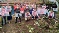 Relawan Solmet memberikan bantuan untuk korban longsor Sumedang. (IST)