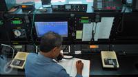 Petugas BNBP memonitoring lewat satelit kondisi gempa 5,2 SR yang mengguncang Malang, Jatim, pukul 13.09 WIB, di Jakarta, Rabu (3/2). Kepala Humas BNPB, Sutopo Purwo Nugroho mengatakan, gempa tersebut tidak berpotensi tsunami. (Liputan6.com/Faisal R Syam)