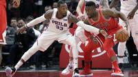 Pemain Sixers, Robert Covington mencoba merebut bola dari pemain Bulls, David Nwaba. (AP Photo/Charles Rex Arbogast)