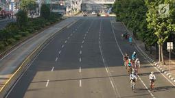 Pengendara sepeda melintas di Jalan MH Thamrin, Jakarta, Rabu (5/6/2019). Banyaknya warga Ibu Kota yang mudik ke kampung halaman untuk merayakan Hari Raya Idul Fitri membuat jalan protokol terpantau lengang. (Liputan6.com/Immanuel Antonius)