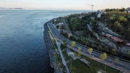 Pandangan dari udara yang diambil pada 9 Mei 2020, menunjukkan jalan kosong menuju Eminonu dekat Selat Bosphorus selama penerapan jam malam dua hari untuk mencegah penyebaran covid-19 di Istanbul. (Photo by Ozan KOSE / AFP)