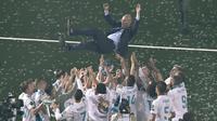 Para pemain Real Madrid melemar Zinedine Zidane saat merayakan keberhasilan meraih trofi Liga Champions 2018 di Santiago Bernabeu stadium, (27/5/2018). Zinedine mundur sebagai pelatih Madrid 31 Mei 2018. (AFP/Gabriel Bouys)