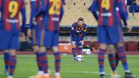Penyerang Barcelona, Lionel Messi bersiap untuk menembak saat bertanding melawan Athletic Bilbao pada final Piala Super Spanyol di stadion La Cartuja, Senin (18/1/2021). Terkait pasal tersebut, La Pulga disebut bisa absen baik di ajang La Liga Spanyol maupun ajang Copa del Rey. (AFP/Cristina Quicler