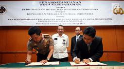 Kabaharkam Polri, Komjen Pol Putut Eko Bayuseno (kiri) bersama Ketua Umum PHRI, Hariyadi BS Sukamdani menandatangani MoU di Jakarta, Kamis, (20/7). MoU tentang Penyelenggaraan Pengamanan Hotel dan Restoran. (Liputan6.com/Helmi Fithriansyah)