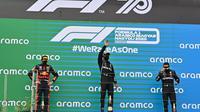 Lewis Hamilton naik podium F1 GP Hungaria, Minggu (19/7/2020). (Joe Klamar / AFP / POOL)