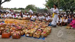 Sejumlah umat Hindu mengikuti upacara Melasti di pantai Dupa, Palu, Sulteng, Kamis (19/3/2015). Ritual ini dilaksanakan untuk penyucian diri menyambut perayaan Hari Raya Nyepi Tahun Baru Saka 1937 pada Sabtu (21/3) mendatang.  (Liputan6.com/Dio Pratama)
