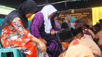 Suasana tatkala siswa membasuh kaki ibu saat memperingati Hari Ibu. (Foto: Liputan6.com/Mohamad Fahrul).