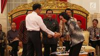 Presiden Jokowi memberi selamat kepada Menteri Keuangan Sri Mulyani ketika Sidang Kabinet Rencana Kerja Pemerintah Tahun 2019 di Istana Negara, Jakarta, Senin (12/2). Sri Mulyani dinobatkan sebagai menteri terbaik di dunia. (Liputan6.com/Anga Yuniar)