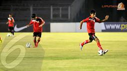 Pemain Laos U19 juga melatih passing bola saat berlatih jelang laga perdana kualifikasi Piala AFC di Stadion GBK Jakarta (Liputan6.com/Helmi Fithriansyah)