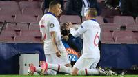 Striker Paris Saint-Germain (PSG), Kylian Mbappe, melakukan selebrasi usai mencetak gol ke gawang Barcelona pada laga Liga Champions di Stadion Camp Nou, Rabu (17/2/2021). Barcelona takluk dengan skor 1-4. (AFP/Lluis Gene)