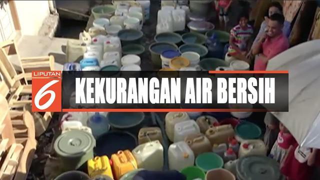 Kemarau panjang yang menyebabkan kekeringan membuat warga Makassar, Sulawesi Selatan, antre mendapatkan air bersih setiap hari.