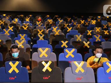 Penonton sedang menunggu tayangan film di dalam studio yang sudah dibuka, di CGV Grand Indonesia di Jakarta, Rabu (21/10/2020). Sejumlah bioskop di Ibu Kota kembali beroperasi hari ini setelah mendapatkan izin dari Pemprov DKI Jakarta. (Liputan.com/Herman Zakharia)
