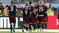 Pemain AC Milan merayakan gol yang dicetak oleh Andre Silva (kanan) selama pertandingan International Champions Cup melawan Barcelona di Levi's Stadium di Santa Clara, California (4/8). Milan menang tipis 1-0 atas Barcelona. (AFP Photo/Lachlan Cunningham)