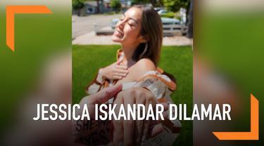Kabar bahagia datang dari Jessica Iskandar. Pasalnya wanita yang biasa dipanggil Jedar ini dilamar oleh kekasihnya, Richard Kyle.