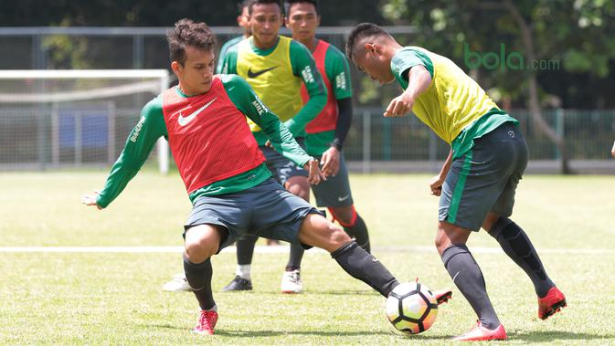 Pemain Timnas Indonesia U-23, Egy Maulana Vikri saat berebut bola dengan Saddil Ramdani pada sesi latihan di Lapangan A,B,C, Senayan, Jakarta (21/2/2018). Latihan ini merupakan persiapan Asian Games 2018. (Bola.com/Nick Hanoatubun)