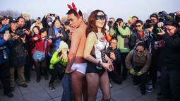 Dua peserta berpose dalam lomba lari tahunan Undie Run di Olympic Forest Park, Beijing pada 24 Februari 2019. Sejarahnya event Maraton Undie Run merupakan gerakan sosial lingkungan yang pertama kali diselenggarakan di California, AS. (Photo by STR / AFP)