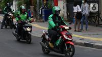 Sejumlah pengemudi ojek online melintas di Jakarta, Selasa (10/3/2020). Tarif batas bawah (TBB) ojek online naik Rp 250 per kilometer dan tarif batas atas (TBA) naik Rp 150 per kilometer. (Liputan6.com/Angga Yuniar)