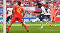 Inggris langsung menekan Andorra di awal laga. Pada menit ke-14 peluang pertama di peroleh tim Tiga Singa melalui Bukayo Saka. Menerima umpan tarik Jude Bellingham, sepakannya masih melebar dari gawang Andorra. (Foto: AFP/Justin Tallis)
