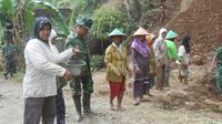 Ibu-Ibu bantu tentara membelah bukit (Liputan6.com / Switzy Sabandar)