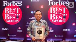 Direktur SCM, Imam Sudjarwo, menerima penghargaan dari Forbes Indonesia dalam acara bertajuk Best of the Best di Jakarta, Rabu (30/10/2019). PT Surya Citra Media Tbk (SCM) mendapat penghargaan sebagai salah satu dari 50 perusahaan terbaik yang telah terdaftar di BEI. (Liputan6.com/Faizal Fanani)